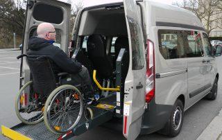 Custom Mietwagen mit Rollstuhlfahrer